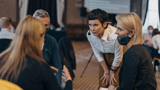Santykiai darbe: kaip teisingai kritikuoti ir pagirti
